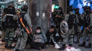 Cảnh sát chống bạo động Hong Kong bắt giữ người biểu tình trong cuộc biểu tình hôm 19/1