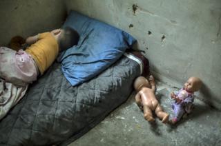 Nikoloz Beriashuili, de dos años, duerme en un cuarto que comparte con su madre, su padre y su hermana.