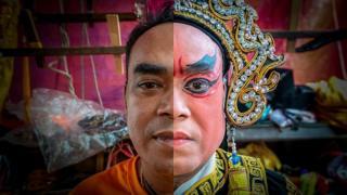 他差·奥布通七岁时被母亲以5000泰铢卖给中国戏班,如今他成为泰国一家潮剧团的名演员和经理。他说,即使整个行业正在凋零,他决心去为后代保留这门艺术。