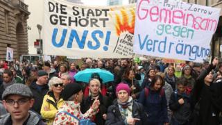 """""""Die stadt gehört uns"""" (la ville nous appartient) ou """"Gemeinsam gegen verdrängung"""" (ensemble contre la répression) lit-on sur les pancartes."""