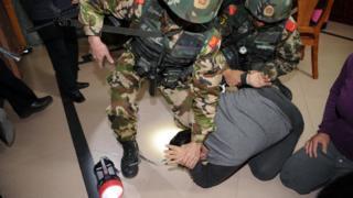 Cảnh sát Trung Quốc bắt giữ một nghi phạm trong cuộc đột kích 2013 tại Bác Xã