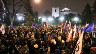 ผู้ประท้วงจำนวนมากมาชุมนุมกันอีกครั้งที่ด้านหน้ารัฐสภาของโปแลนด์และปักหลักอยู่จนดึก