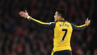 Alexis reacciona en el partido contra Liverpool.