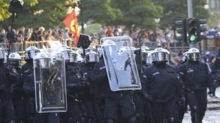 La policía enfrentando a los manifestantes.