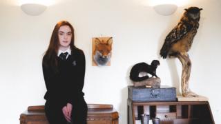 Sydney Langton e animais entalhados por ela