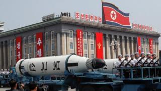 Uno de los misiles en exhibición durante el desfile en Pyongyang.