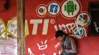 pembatasan akses media sosia
