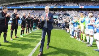 Wenger n wọ papa iṣire Huddersfield laarin ọpọ atẹwọ ati ẹyẹ