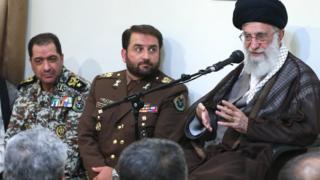 علیرضا صباحی فرد (چپ) و فرزاد اسماعیلی، فرماندهان فعلی و پیشین قرارگاه پدافند هوایی خاتم الانبیا در کنار رهبر ایران