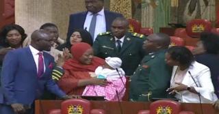Zulekha Hassan portant son bébé