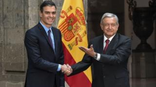 In this picture taken on January 30, 2019, Mexico's President Andres Manuel Lopez Obrador (R) welcomes Spain's Prime Minister Pedro Sánchez at the National Palace in Mexico City.