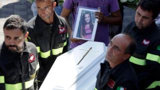 アスコーリ・ピチェーノの国葬の終わりに運び出されるジュリアさんの棺