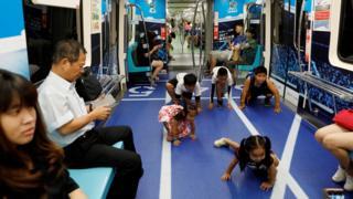小孩在台北捷運一列宣傳台北世界大學生運動會的列車上玩耍(1/8/2017)
