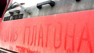 """Надпись """"против Платона"""" на капоте грузовика"""