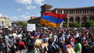 المحتجون يقولون إن النظام كله ملطخ بالرغبة في السلطة