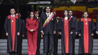 El presidente Nicolás Maduro y su esposa Cilia Flores junto a magistrados del TSJ.