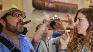 Turistas fuman tabaco en Cuba