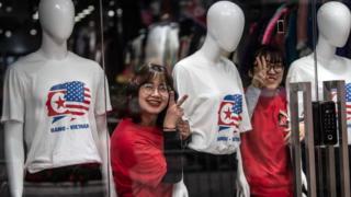 Trên đường phố Hà Nội bắt đầu xuất hiện nhiều chiếc áo thun in hình hai nhà lãnh đạo Mỹ-Triều