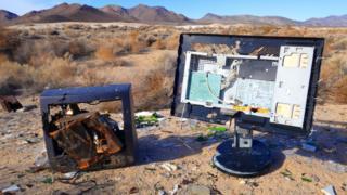 restos de una computadora y una televisión en un desierto
