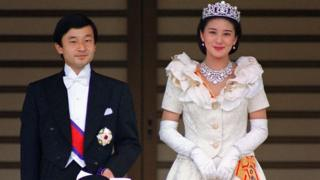 The newly wed Crown Prince Naruhito (L) and his wife, Crown Princess Masako pose for photographs 09 June 1993