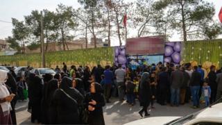 تجمع خانواده دانش آموزان اصفهانی مقابل مدرسه