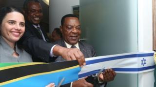Dkt Mahiga akikata utepe kuashiria ufunguzi wa ofisi ya Ubalozi wa Tanzania nchini Israel jijini Tel Aviv