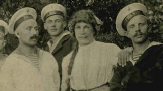 महिलांच्या पोशाखातील तरुणांसमवेत रशियाचे नाविक