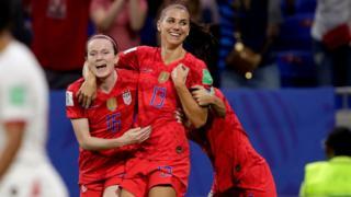 Jugadoras de Estados Unidos celebran el segundo gol de su equipo