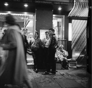 """Генри Грант """"Тедди-бойз у бургер-бара в лондонском Вест-Энде"""" (1962)"""