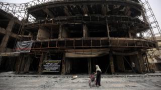 Un edificio quemado en el barrio de Karrada