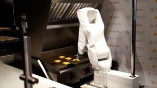 ก่อนหน้านี้ผู้ผลิตบอกว่าหุ่นยนต์ฟลิปปี้สามารถปิ้งเบอร์เกอร์ได้สูงสุดถึงวันละ 2,000 ชิ้น