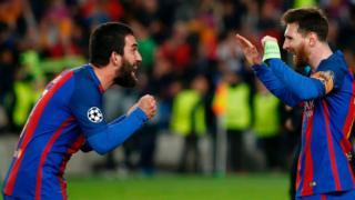 Arda Turan tur sevincini Lionel Messi'yle paylaşıyor