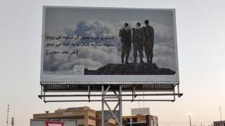 На израильскую фотографию на плакате наложена строка из патриотического стихотворения на фарси