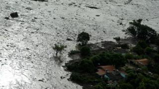 نمائندگان کا کہنا تھا کہ کان سے خارج ہونے والے فاضل مادے نے بروماڈینہو کے مضافات میں پائے جانے والی وِلا فورٹیکو کی آبادی کو بُری طرح متاثر کیا ہے