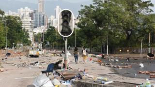 示威者把磚頭等雜物扔到路上,令車輛無法駛過,同時破壞交通燈。