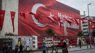 تصویری از یک پوستر دیواری بزرگ با طرح پرچم ترکیه که از پیروزی بر کودتاچیان حکایت دارد