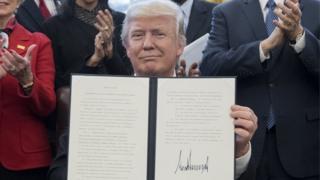 Trump Başkanlık emri imzalıyor