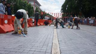 Sebagian paving blok dicat abu-abu