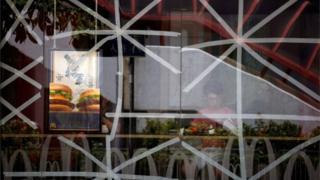 香港一家快餐店玻璃外墙贴上胶带