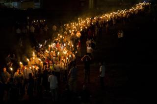 قوميون بيض يحملون المشاعل ويتظاهرون في حرم جامعة فرجينيا في شارلوتسفيل في شهر آب / أغسطس 2017