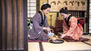 Dos geishas sirviendo el té