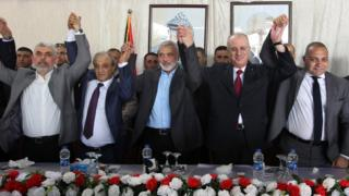 From L to R: Hamas Gaza chief Yahya Sinwar, Director of Palestinian General Intelligence in the West Bank Majid Faraj, Hamas political leader Ismail Haniya, Palestinian Prime Minister Rami Hamdallah and an Egyptian mediator hold hands during a meeting in Gaza City (2 October 2017)
