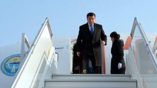 """""""Ташкент"""" эл аралык аэропортунан Сооронбай Жээнбековду Өзбекстандын премьер-министри Абдулла Арипов тосуп алды."""