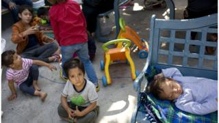 امریکی حکام کا کہنا تھا کہ گذشتہ چھ ہفتوں میں امریکی سرحد پر تقریباً 2000 مہاجر بچوں کو ان کے گھر والوں سے علیحدہ کر دیا گیا۔