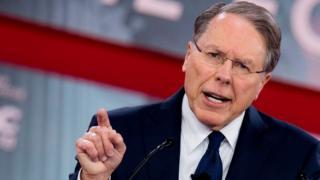 NRAのラピエール会長は、銃を取り上げ個人の自由を制限しようとする「社会主義の波」が米国を襲っていると警告した