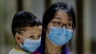 Kineskinja sa detetom na aerodromu