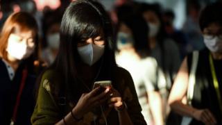 Uma jovem usa máscara na Tailândia em meio ao temor da disseminação do coronavírus da China