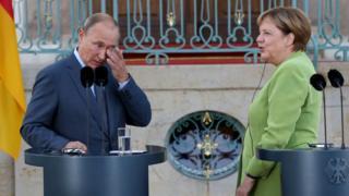 """Немецкие СМИ часто употребляют слово sitzfleisch в значении """"поживем-увидим"""" в отношении канцлера Ангелы Меркель"""