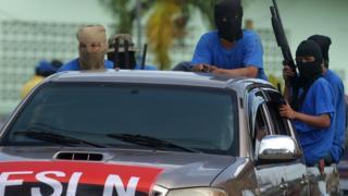 Paramilitares con armas en una camioneta