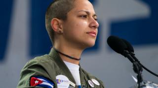 Emma Gonzalez com jaqueta com bandeira de Cuba